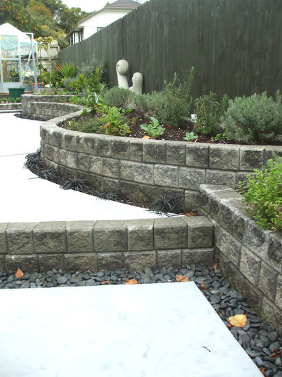 Curvaceous-stone-Ezi-wall-garden-bed-Edging-and-steps